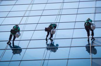 บริการทำความสะอาดกระจกอาคารสูง